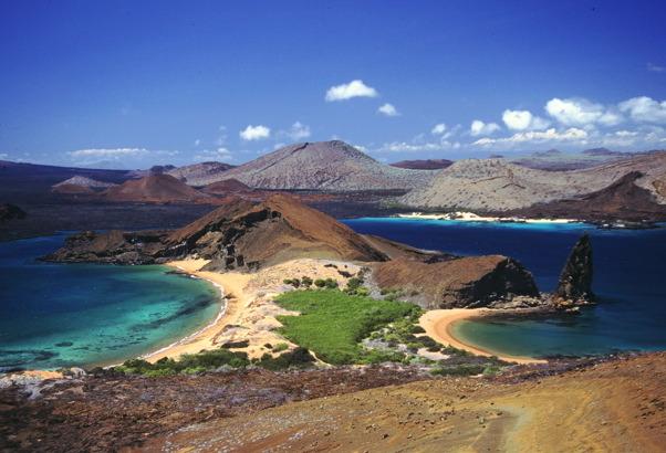 """加拉巴哥的天氣全年皆相當溫和 - 這是由於群島的緯度坐落在赤道上,所以氣溫從來不會低到讓人有寒冷的程度。雖然如此,全年的氣候確實仍有所不同,這可能會是您決定何時前往加拉巴哥群島的因素之一。 一般來說,加拉巴哥氣候分為兩個季節,一月至五、六月的暖濕季節,六、七月至十二月的涼爽季節。季節的區間並非完全固定,特別是在季節交替的時段,天候狀況亦常有變化。值得留意的是,加拉巴哥的 """"濕"""" 季比世界上許多地方還要乾燥。 暖濕季節的氣溫約為 30°C 上下,太陽高掛的晴天時候多,但往往伴"""