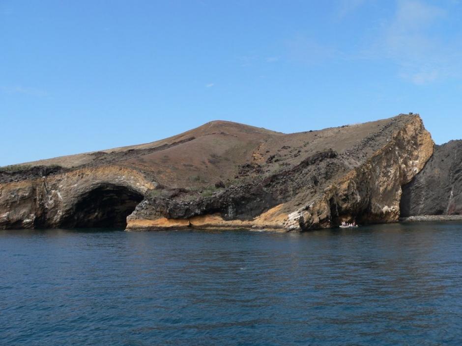 聖克魯斯島(Santa Cruz),約 50% 左右的人口住在島上的 阿約拉港(Puerto Ayora),從事觀光、保育和農漁業。聖克魯茲島上殘留各種火山遺跡如雙火山(Crateres Gemeros)及火山噴發時留下的熔岩通道。島上還有紀念演化之父的「達爾文研究中心」,可以看到重達 250 公斤、長達 1.